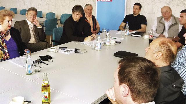 Bäcker Karl Gräf (vorn) und seine Handwerkskollegen nehmen im Gespräch mit den Landtagsabgeordneten Petra Guttenberger und Horst Arnold (hinten, von links) kein Blatt vor den Mund.  (Quelle: Buchmann)
