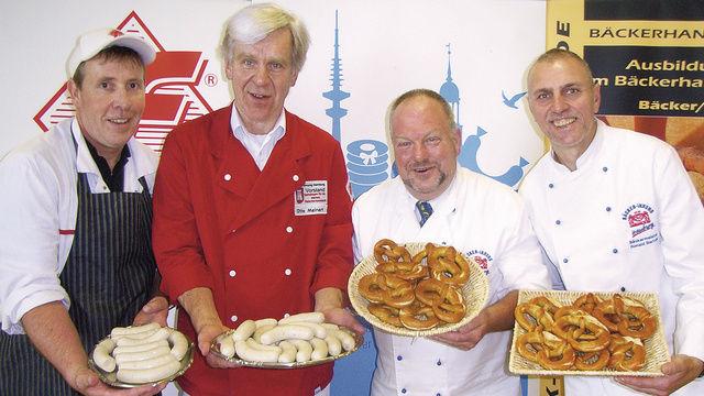 Start der Aktion: Bäckermeister Heinz Hintelmann und Ronald Bartels (rechts) sowie Fleischermeister Otto Meinert und Thilo Maaßen (links).   (Quelle: Fischer)