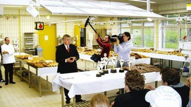 Zwei Tage lang begleitete ein Kamerateam den Bundesleistungswettbewerb in Weinheim. Unser Bild zeigt ZV-Präsident Peter Becker bei der Bekanntgabe der Sieger.