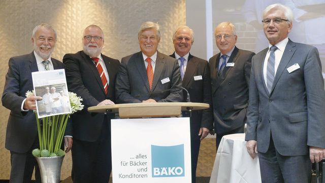 Vorstand und Aufsichtsrat sind mit der Geschäftsentwicklung der Bäko-Zentrale Nord zufrieden (von links): Michael Wippler, Klaus Borchers, Peter Becker, Lutz Henning, Alois Mensing und Eckhard Starke.  (Quelle: Wolf)