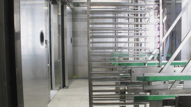 Das Transportsystem Intra Cart befördert vollautomatisch Stikkenwagen.