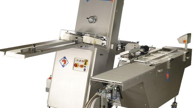 Schneidemaschine BS 45 in Kombination mit der Verpackungsmaschine Vertec30.