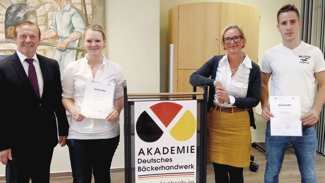 Sieger mit Gratulanten: Sarah Christin Uhlmann und René Jürgens mit stellv. LIM Willi Wolke und Geschäftsführerin Bettina Emmerich-Jüttner.  (Quelle: BIV)