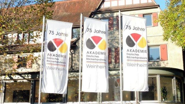 Die Akademie Deutsches Bäckerhandwerk in Weinheim zeigt nicht nur im Jubiläumsjahr Flagge.  (Quelle: Akademie)