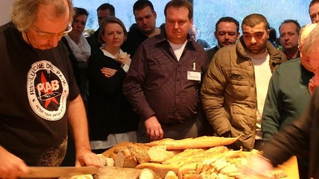 Peter Kapp (links) und die Kollegen bei der Verkostung seiner mitgebrachten Brotspezialitäten.  (Quelle: Wolf)