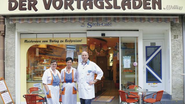 Kornelia Philippi, Sabine Schmitt und Joachim Paul (von links) leisten mit ihrem Engagement im Vortagsladen einen wichtigen Beitrag, damit weniger Lebensmittel verschwendet werden.  (Quelle: Ott)