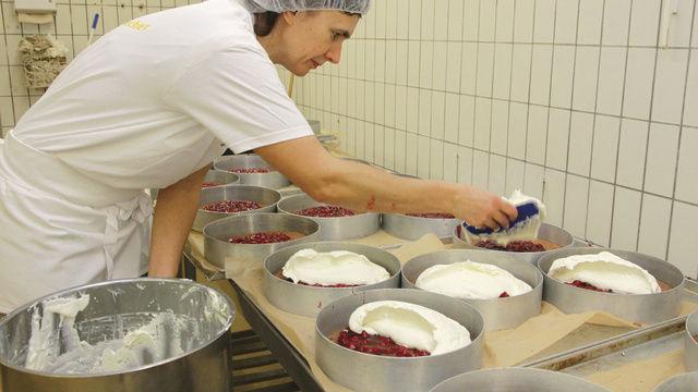 Beate Jahndorf gibt den Fond direkt in den Sahnekessel und lässt ihn maschinell mischen. So braucht der Sahnestand für Torten und Desserts nicht händisch untergemischt werden.  (Quelle: Heck)