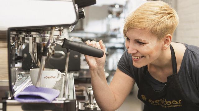 Barista-Meisterin 2013 Erna Tosberg zeigt den Besuchern, wie guter Kaffee sein muss.