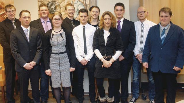 Erleichtert und stolz nach dem Prüfungsstress: Die erfolgreichen Teilnehmer des vergangenen Meisterkurses in der ADB-Bäckerfachschule Hannover erhalten ihren Meisterbrief.  (Quelle: BIV/hmsmedien)
