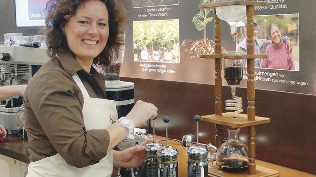 """Nicht so bekannte Form des Kaffeebrühens: Nana Holthaus-Vehse demonstriert """"French press"""".  (Quelle: Archiv/Wolf)"""