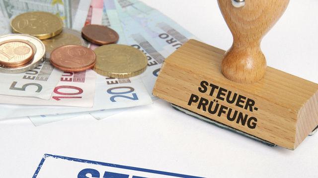 Bei einer unangekündigten Prüfung gilt es, Ruhe zu bewahren und unverzüglich den Steuerberater anzurufen.  (Quelle: Fotolia.com/Coloures-Pic)