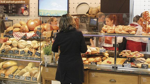 Während Rewe inder Vorkassenzoneauf die hauseigene Glockenbäckerei setzt, punkten Discounter wie Aldi und Lidl mit Selbstbedienungstheken. Die Backwaren der Edeka-Gruppe kommen aus 17 regionalen Bäckereien.