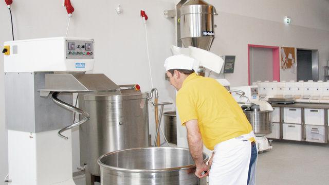 In der Teigmacherei werden die Kleinkomponenten über die an der Rezeptsteuerung angeschlossene Tischwaage gewogen, Mehl und Wasser werden über die Mehlwaage bereitgestellt.  (Quelle: Stumpf)