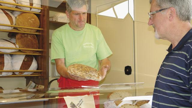 Backwaren aus dem Holzbackofen: Brote und Kleingebäcke sind bei Ulrich Weller der Angebotsschwerpunkt. Mit dem Verkaufsfahrzeug kann er fertig eingeräumt auf dem Markt vorfahren.  (Quelle: Kauffmann)