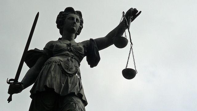 Richter kritisieren das Vorgehen des Arbeitgebers.  (Quelle: Lupo/pixelio.de)