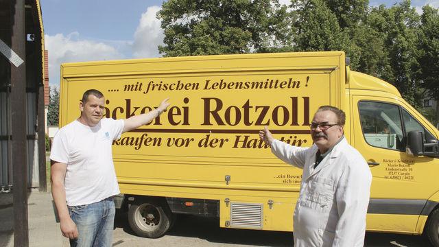 Mario (links) und Hans-Joachim Rotzoll sowie die Fachverkäuferinnen Marion Stredow (links) und Anika Peters mit einem Partybrot.  (Quelle: Schwittay)