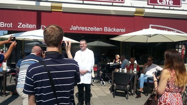 Heinz Hoffmann lächelt freundlich in die Kameras der Journalisten.  (Quelle: LIV)