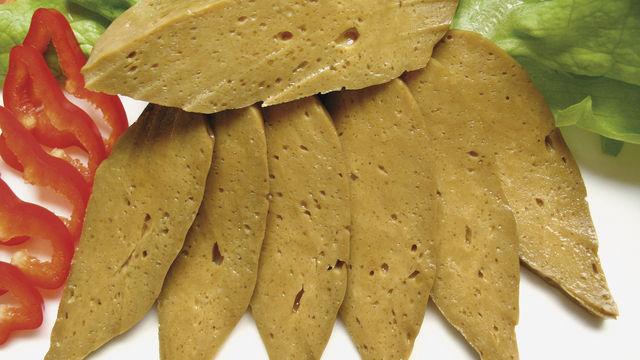 Räuchertofu bietet sich als veganer Belag für Snacks an.  (Quelle: Krieger-Mettbach)
