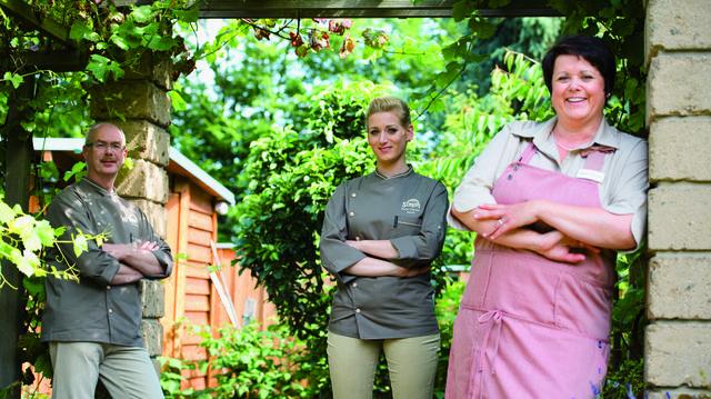 Geschafft (von links): Arno Simon, Tochter Marie Thérèse und Sabine Simon gewinnen das TV-Finale.  (Quelle: ZDF/Sabine Finger)