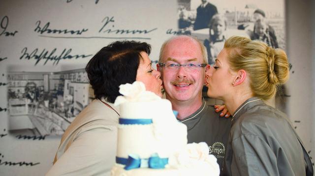Sabine (von links), Arno und Marie Thérèse Simon haben am Finaltag zum Public Viewing eingeladen.  (Quelle: ZDF/Sabine Finger, Unternehmen)