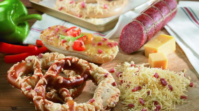 Käse-Salami-Laugenbrezel, überbacken mit Reibegouda mit Salami.