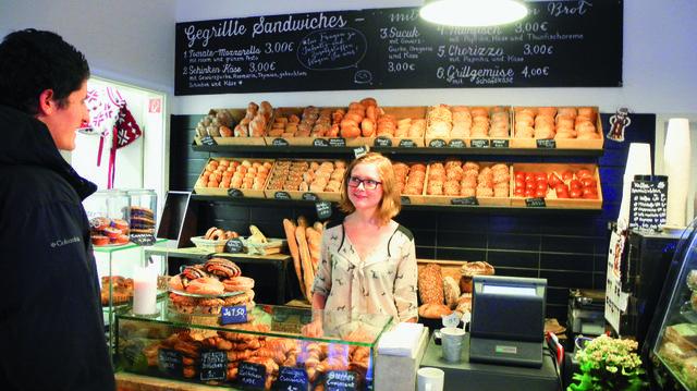 Bäckermeister Thomas Rateitschak (oben) zeigt die Sesam-Burger-Brötchen. Das erweiterte Backwarensortiment gibt es im Laden.  (Quelle: Blath)