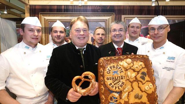 Landwirtschaftsminister Helmut Brunner (3. von links) macht mit den Bäckern Werbung für Backwaren aus Bayern.  (Quelle: Schmalz/StMELF)