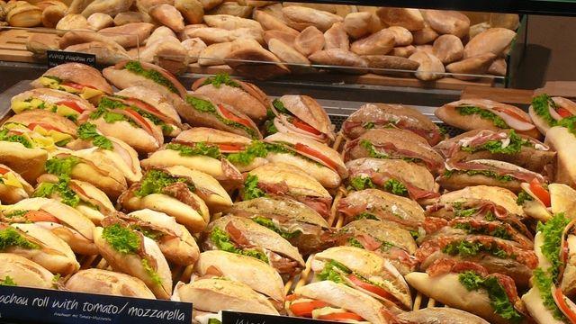 Kunden stehen auf die Bäcker-Snacks.  (Quelle: Kauffmann/Archiv)