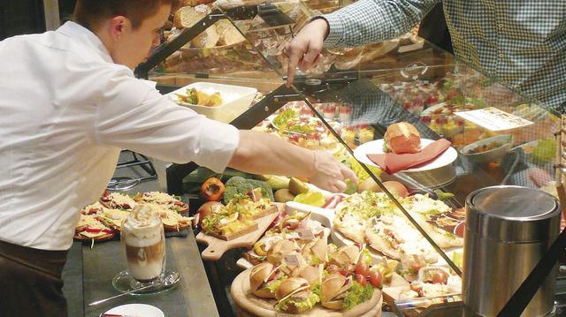 Optimal präsentieren, arrangieren und servieren - ein ausgeklügeltes Theken- und Snackkonzept macht's möglich. Dabei sollte das Brotangebot aber nicht untergehen.  (Quelle: Wolf)
