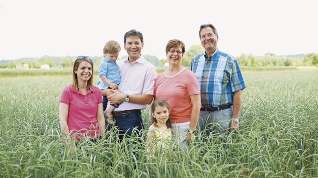 Hinter der Schapfenmühle steht die ganze Familie: Ulrike und Ralph Seibold (von links) mit den Kindern Carl und Anna sowie Britta Hellmann (Zweite von rechts) und Heinz Künkele.  (Quelle: Unternehmen)