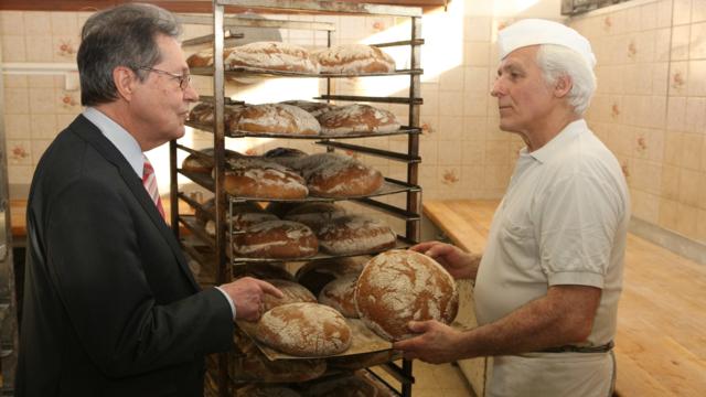 Eurpaabgeordneter Klaus Buchner (links) und Bäcker Paul Fiegert üben Kritik am Freihandelsabkommen.  (Quelle: Buchner)