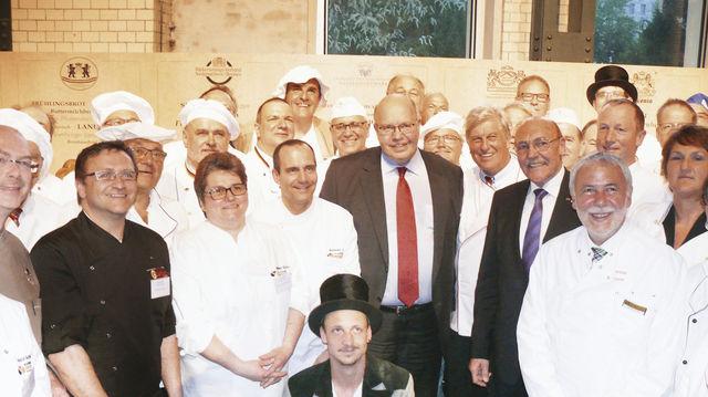 Peter Altmaier, der neue Brot-Botschafter und ZV-Präsident Peter Becker im Kreise zahlreicher Kollegen aus allen Regionen Deutschlands. (Quelle: Wolf)