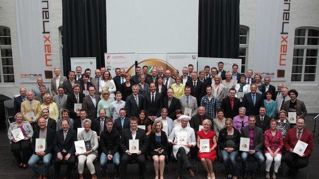 Die Vertreter der ausgezeichneten Betriebe bei der Festveranstaltung im Maxhaus Düsseldorf.  (Quelle: MKULNV/Yavuz Arslan)