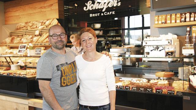 Tanja und Jochen Schäfer haben für ihren gastlich gestalteten Standort neben Qualitätsbackwaren auch tageszeitlich wechselnde Bäckersnacks im Programm. Ein Konzept, das offenbar aufgeht. (Quelle: Stumpf)