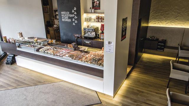 Die Theke im Erdgeschoss  ist der Blickfang der Bäckerei.  Beim Ladenbau halten sich die Reisingers an den Architekten  ihres Vertrauens. (Quelle: Stumpf, Unternehmen)