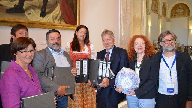 Nicole Stocker (Mitte) übergibt die knapp 70.000 Unterschriften an Christian Magerl (Dritter von links). (Quelle: Hofpfisterei)