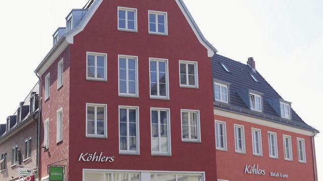 """Beste Lage: Am """"Köhlers"""" an der Alten Mainbrücke flanieren täglich tausende Einheimische und Touristen. (Quelle: Buchmann(8)/Unternehmen)"""