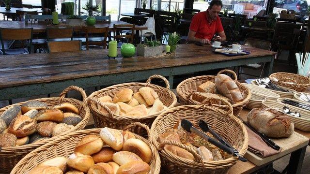 Im ehemaligen Autohaus fühlen sich heute Bäckerei-Kunden wohl. (Quelle: Heck)