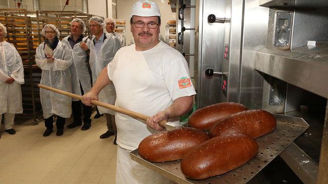 Bei Führungen durch die Meisterbäckerei gibt es Gelegenheit, mit den Bäckern ins Gespräch zu kommen. (Quelle: Unternehmen)