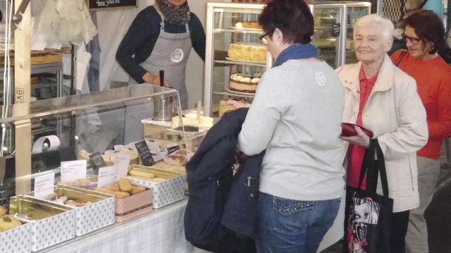 Annette Zeller kommt bis zum Abend nicht mehr zur Ruhe – das Geschäft in der Markthalle Neun brummt. (Quelle: Blath)