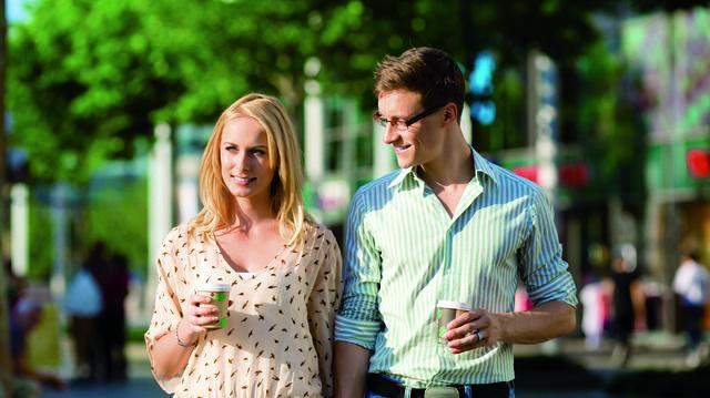 Unterwegs Kaffee trinken. Einige Bäcker überlegen, einen Mehrwegbecher anzubieten. (Quelle: Kzenon, Rdnzl/Fotolia.de)