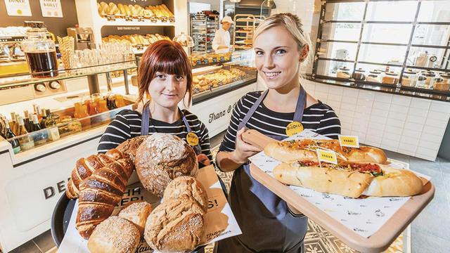 Die Backwaren stammen aus einer hauseigenen Dinkel-Bäckerei. (Quelle: Unternehmen)