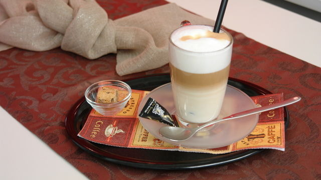 Ein Latte Macchiato, serviert im Café-Bistro. (Quelle: Archiv / Kauffmann)