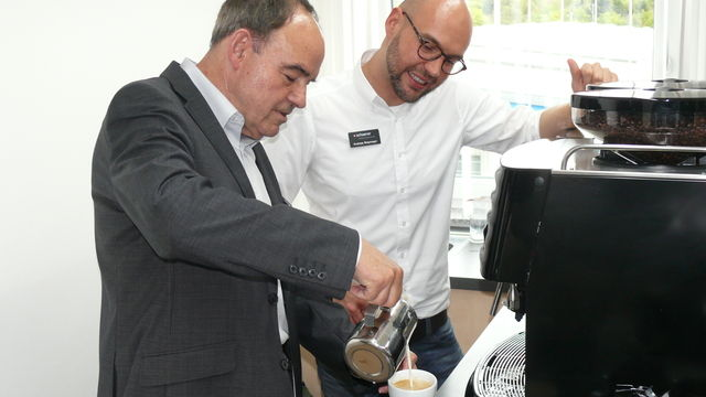 In Barista-Workshops, wie hier bei Schaerer in Urspring bei Ulm, lernen Mitarbeiter exzellente Kaffeespezialitäten herzustellen. (Quelle: Archiv / Wolf)