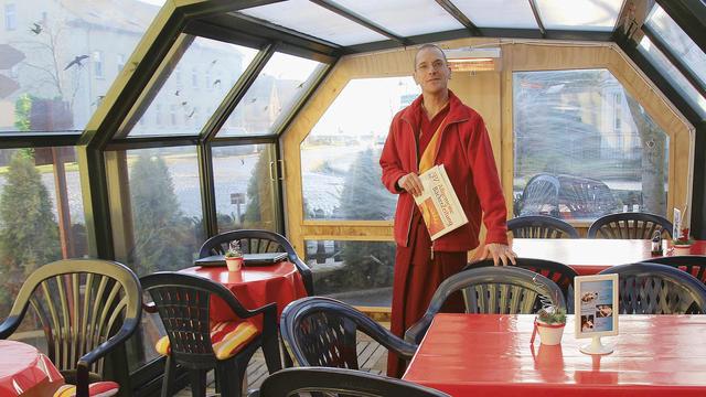 Losang Kyabchok im Café, das von der Klosterbäckerei betrieben wird. (Quelle: Schwittay)