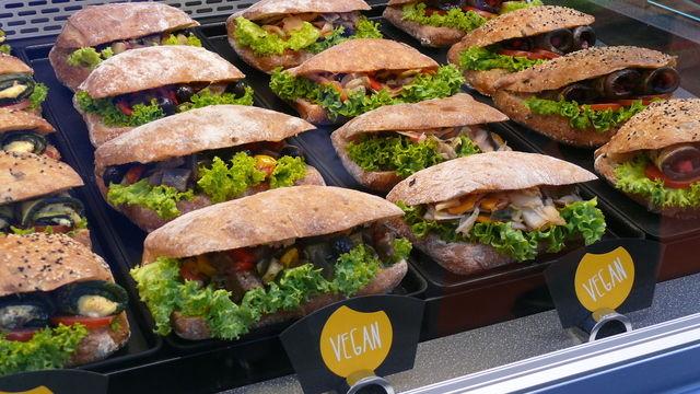 Vegane Snacks in einer Bäckereitheke. (Quelle: Archiv/Kauffmann)
