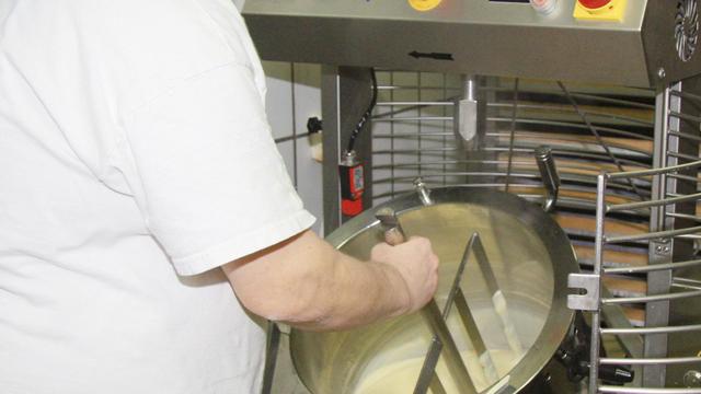 Wenn die Masse fertig ist, wird sie per Hebelmechanik in vorbereitete Gefäße gekippt. (Quelle: Stumpf)