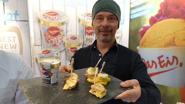 Florian Mayr präsentiert den Burgermeister, einen Burger mit Speiseeisfüllung.  (Quelle: Wolf)