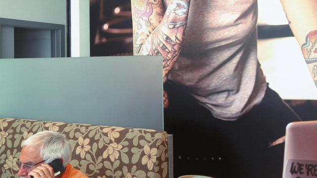 Designelemente wie dieses großformatige Wandfoto sollen junge Kunden anlocken, ohne ältere abzuschrecken. (Quelle: Keller)