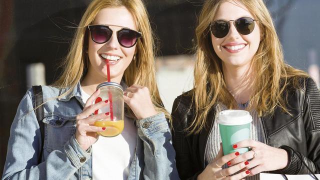Für Viele ein Zeichen des Lebensstils: Das heiße oder kalte Getränk für unterwegs in möglichst attraktiver Umverpackung. (Quelle: Fotolia/Nenetus)